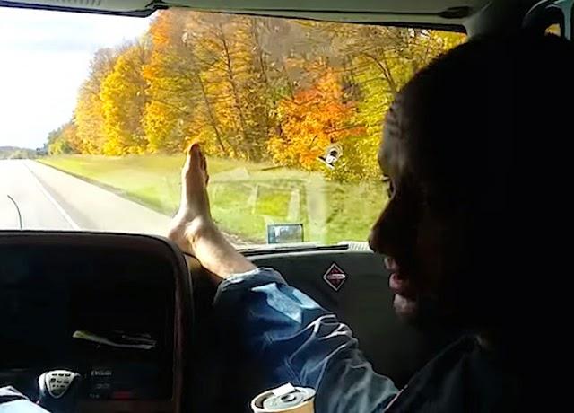 condutor-camioes-conduz-com-pe-sentado-banco-passageiro-enquanto-bebe-cafe-01
