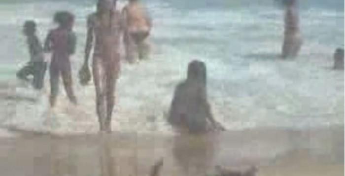 menina-cagando-corpo-boiando-praia